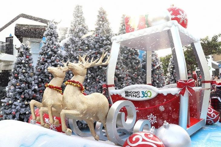 Outdoor Snowy Christmas at Ngong Ping 360